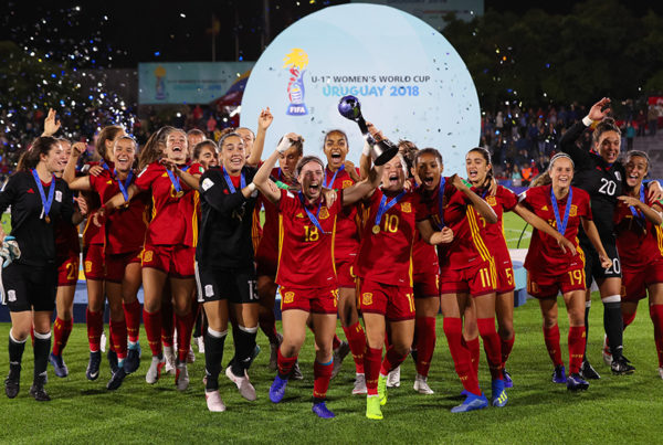 MONTEVIDEO, URUGUAY - DECEMBER 01: Players of Spain celebrate with the trophy after winning the FIFA U-17 Women's World Cup Uruguay 2018 final match between Spain and Mexico at Estadio Charrua on December 1, 2018 in Montevideo, Uruguay. (Photo by Buda Mendes - FIFA/FIFA via Getty Images)